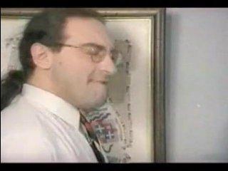 Мужчина ебет брюнетку стоя за столом в своем офисе